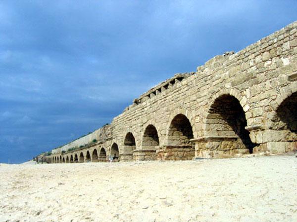 File:Caesarea Aqueduct.jpg