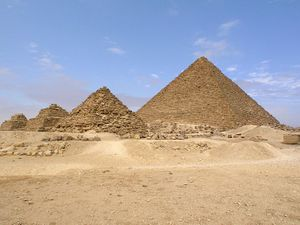 Menkaure's Pyramid with Queens Pyramids.jpg
